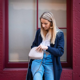 🔸 On craque pour le total look Speak de la jolie @__maloo ! 💃 Un chemisier en broderie anglaise 👚, un jean brut 👖, une veste fluide, un sac coloré 👜 et le tour est joué pour un petit look printanier réussi ! 🌷🌸 Retrouvez la sélection des coups de cœur de nos influenceuses sur Speak.fr 😊  #modepositive #speakconcept #maclique #modeprintemps #modefemme #lookprintemps #printemps2021  #lookprintaniers